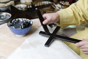 漆塗り 十字架 漆塗り作業中