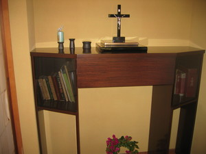 特注の家庭祭壇の納品です。イエスの御像にプラチナ箔を使用しています。収まりのいい家具も特注で。